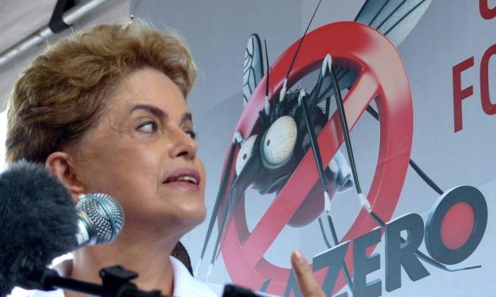 Dilma participa de mutirão de combate ao Aedes aegypti Foto: Marcelo Carnaval / Agência O Globo / 13-2-2015