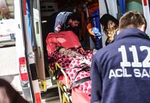 Menino sírio ferido em ataque a hospital em Azaz é levado para ser tratado na Turquia Foto: BULENT KILIC / AFP