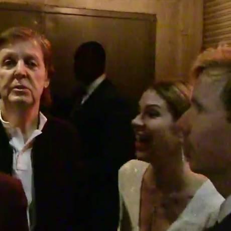 Paul McCartney e Beck na porta da boate; os músicos foram impedidos de entrar Foto: Reprodução/TMZ