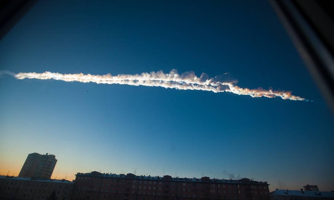 'Superbólido': imagem do rastro de fumaça deixado pelo meteoro quando cruzava o céu da Rússia antes de se desintegrar sobre a cidade de Chelyabinsk, liberando energia equivalente a 30 bombas atômicas como a de Hiroshima e deixando um saldo de quase 1,5 mil pessoas feridas Foto: / AP/Yekaterina Pustynnikova