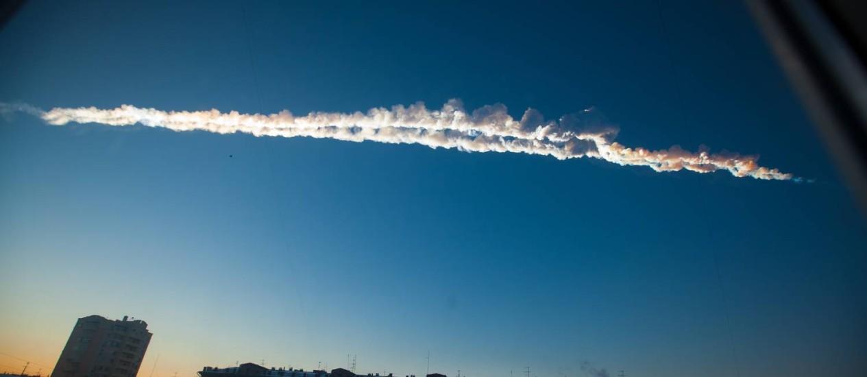 'Superbólido': imagem do rastro de fumaça deixado pelo meteoro quando cruzava o céu da Rússia antes de se desintegrar sobre a cidade de Chelyabinsk, liberando energia equivalente a 30 bombas atômicas como a de Hiroshima e deixando um saldo de quase 1,5 m Foto: AP/Yekaterina Pustynnikova