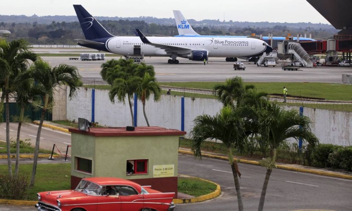 Mais viagens diárias. Um tradicional antigo carro cubano passa ao lado do aeroporto José Martí, em Havana: novas rotas aéreas para a capital e nove cidades e polos turísticos Foto: REUTERS/15-2-2016