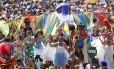 A descontração e a alegria marcaram o desfile do bloco Orquestra Voadora, que levou 400 músicos e 70 pernaltas para o Aterro durante o carnaval: clima de fanfarra, graças a uso de instrumentos de sopro, agradou ao público Foto: Ana Branco