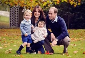 Duquesa de Cambridge e Príncipe William posam para foto ao lado de filhos George e Charlotte Foto: Divulgação / Kensington Royal