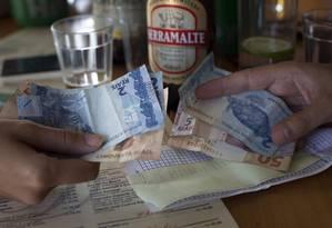 Cliente paga conta em resaturante do Rio: setor de serviços em baixa Foto: Rafael Fabres / Bloomberg