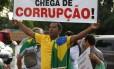 Manifestante contrário ao ex-presidente Lula protesta pedindo o fim da corrupção no país.