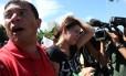 Movimentos sociais dizem que a militante foi atingida por uma pedra lançada por manifestantes contrários ao ex-presidente Lula. Ela foi levada para a enfermaria do fórum