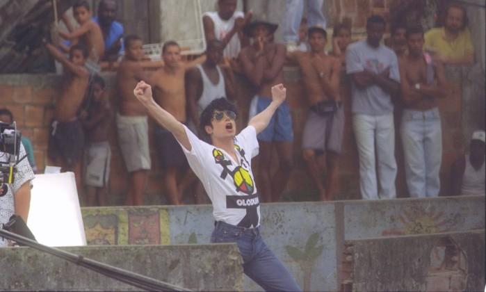 2d764c4e41 Moradores observam Michael Jackson em pose que foi imortalizada em estátua  de IqueFoto: Aníbal Philot 11-02-1196 / Agência O Globo