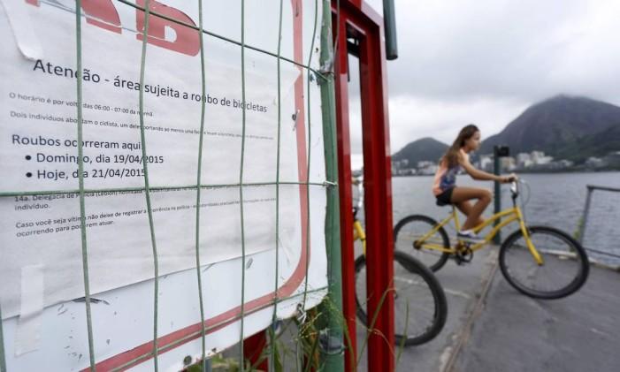 Cartazes foram fixados na ciclovia próximo ao Parque dos Patins, na Lagoa, para alertar sobre o risco de assaltos Foto: Marcelo Piu / Agência O Globo