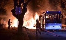 Bombeiros apagam ônibus em chamas após atentado em Ancara Foto: STRINGER / REUTERS