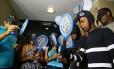 Manifestantes se vestem de mosquito para protestar contra a presença do ministro da Saúde na eleição do líder do PMDB