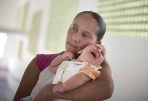 Moradora de Algodão de Jandaíra, na Paraíba, Josemary Goes da Silva, com o filho Gilberto, de 4 meses Foto: Márcia Foletto
