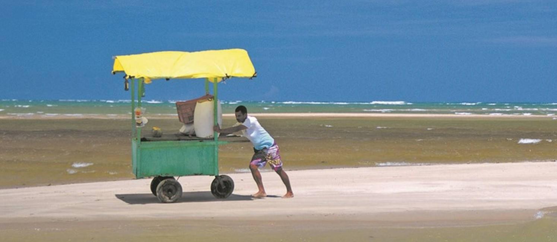 Barraca: vendedor segue pela Praia de Peroba, na divisa de Alagoas com Pernambuco Foto: Eduardo Vessoni