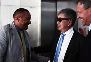 Newton Ishil é cumprimentado pelo deputado Tiririca (PR-SP) Foto: Jorge William / Agência O Globo