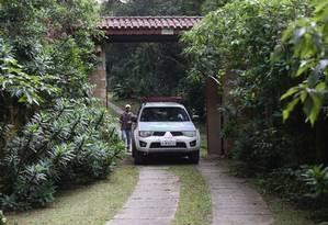 Viatura da Polícia Militar Ambiental deixa sítio frequentado pelo ex-presidente Lula em Atibaia após fazer vistoria Foto: Marcos Alves / Agência O Globo