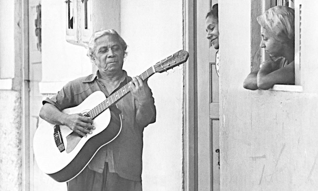Talento. Nelson Cavaquinho toca para duas mulheres: entre suas obras-primas estão 'Folhas secas' e 'A flor e o espinho' Foto: José Vidal /26-10-1976