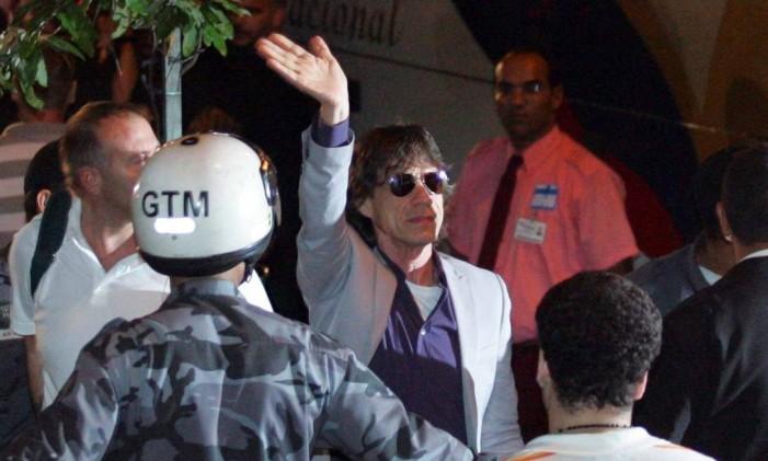 Jagger acena para o público na chegada ao hotel Foto: Arquivo