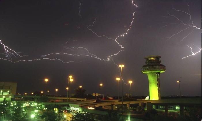 Raios próximo ao Aeroporto internacional Tom Jobim, na lha do Governador Foto: Marcelo Carnaval / O Globo