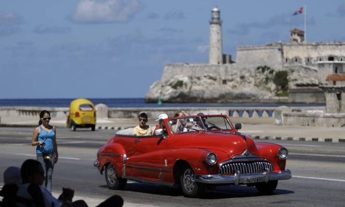 Turistas passeiam pelo Malecón, em Havana Foto: Franklin Reyes / AP