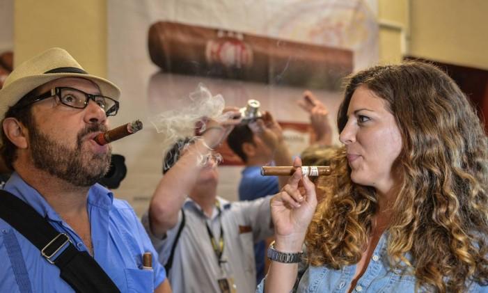 Turistas experimentam o famoso charutos cubanos Foto: ADALBERTO ROQUE / AFP