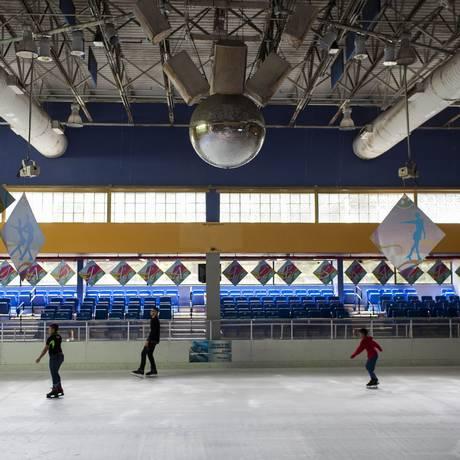 Pista de patinação no gelo recebe frequentadores o ano todo — com eletricidade grátis Foto: DENNIS M. RIVERA PICHARDO / NYT