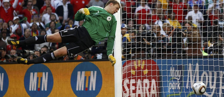 O goleiro da Alemanha Neuer vê a bola quicar dentro do gol após bater no travessão em chute do inglês Lampard, na Copa de 2010: juiz não viu, e lance virou exemplo de erro grave de arbitragem Foto: EDDIE KEOGH / REUTERS