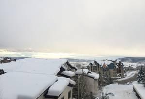 Telhados: neve transforma o cenário na cidade Foto: Mariana Sanches / Agência O Globo