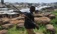 Funcionário do Parque de Nairóbi com arma tranquilizante procura leões à solta perto de favela
