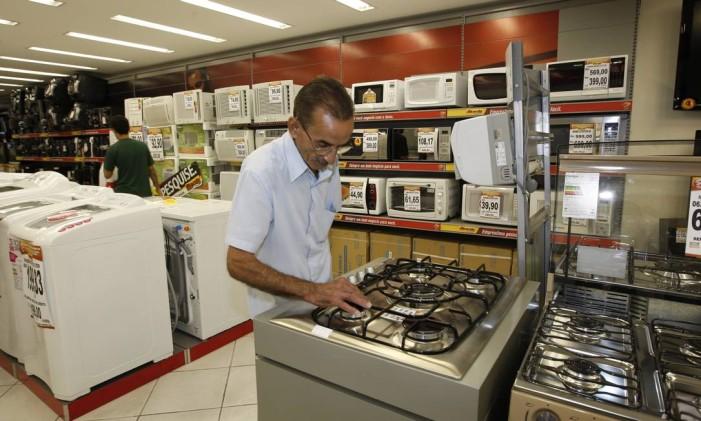 EN Rio de Janeiro ( RJ ) 20/04/2009 Redução do IPI para produtos da linha branca . Na foto Maurílio Fernandes olhando os fogões. Foto Wania Corredo / Agência O Globo Foto: Wania Corredo / Agência O Globo