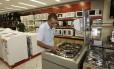 EN Rio de Janeiro ( RJ ) 20/04/2009 Redução do IPI para produtos da linha branca . Na foto Maurílio Fernandes olhando os fogões. Foto Wania Corredo / Agência O Globo