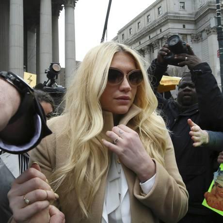 Kesha deixando a corte em Nova York Foto: Mary Altaffer / AP
