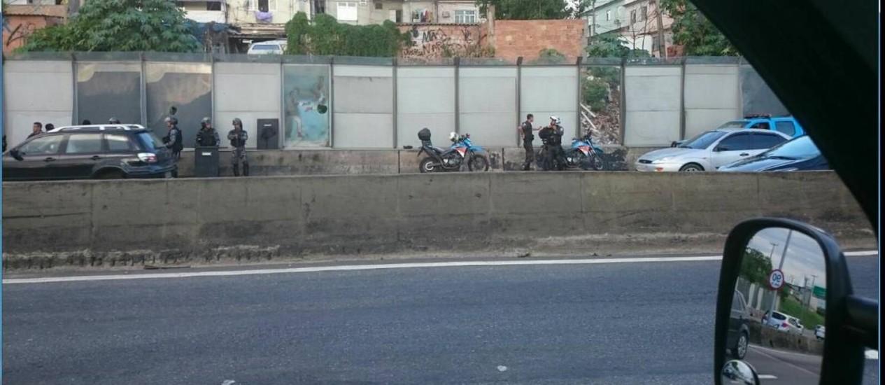 Policiais militares se posicionam após conterem manifestantes na Linha Vermelha, na altura do Caju Foto: Mauricio Peixoto
