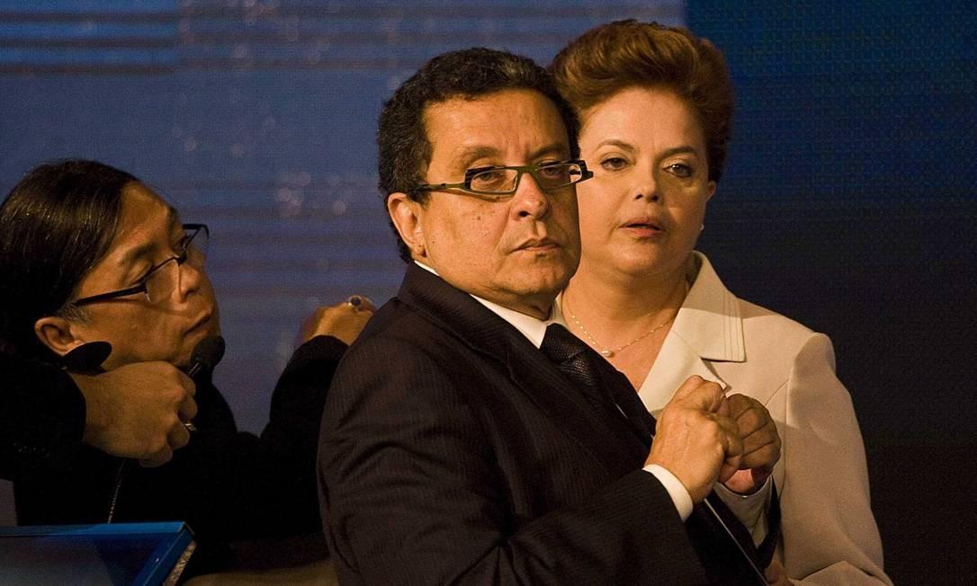 João Santana e Dilma, durante o intervalo do primeiro debate na campanha presidencial de 2010 Foto: / Marlene Bergamo/Folhapress/10-10-2010