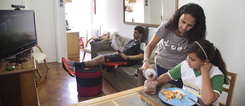 Desigual: Cristiane, com a filha Hanna, trabalha 20 horas a mais que o marido, Alexandre, por semana Foto: Ana Branco /
