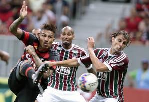 Guerrero, do Flamengo, disputa a bola com Wellington Silva e Henrique, do Fluminense, no Mané Garrincha, em Brasília Foto: Jorge William