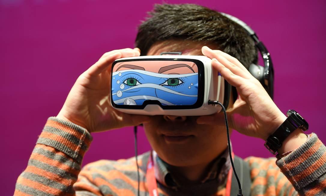Jovem testa óculos de realidade virtual, a grande aposta das fabricantes na edição deste ano da Mobile World Congress (MWC), que acontece esta semana em Barcelona LLUIS GENE / AFP