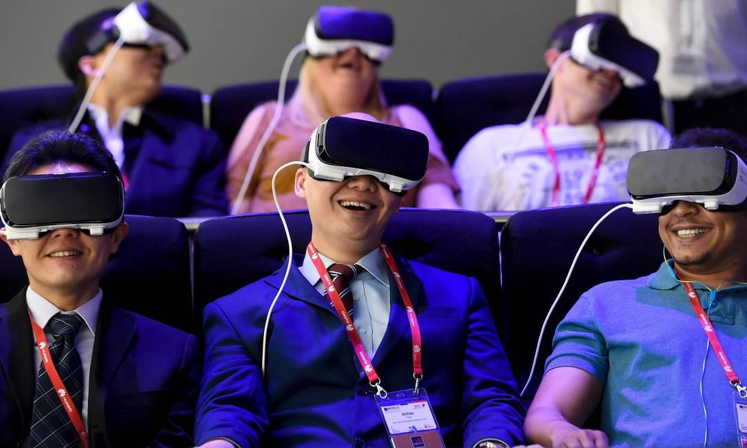 A Samsung também apresentou um dispositivo de realidade virtual durante o lançamento de seu novo topo de linha, o Galaxy S7 JOSEP LAGO / AFP