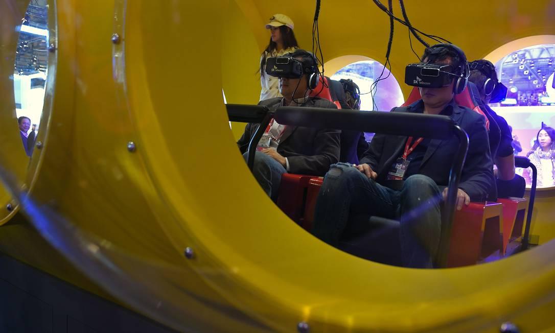 Visitantes puderam experimentar o óculos de realidade virtual Rift, da Oculus, empresa comprada pelo Facebook por US$ 2 bilhões LLUIS GENE / AFP