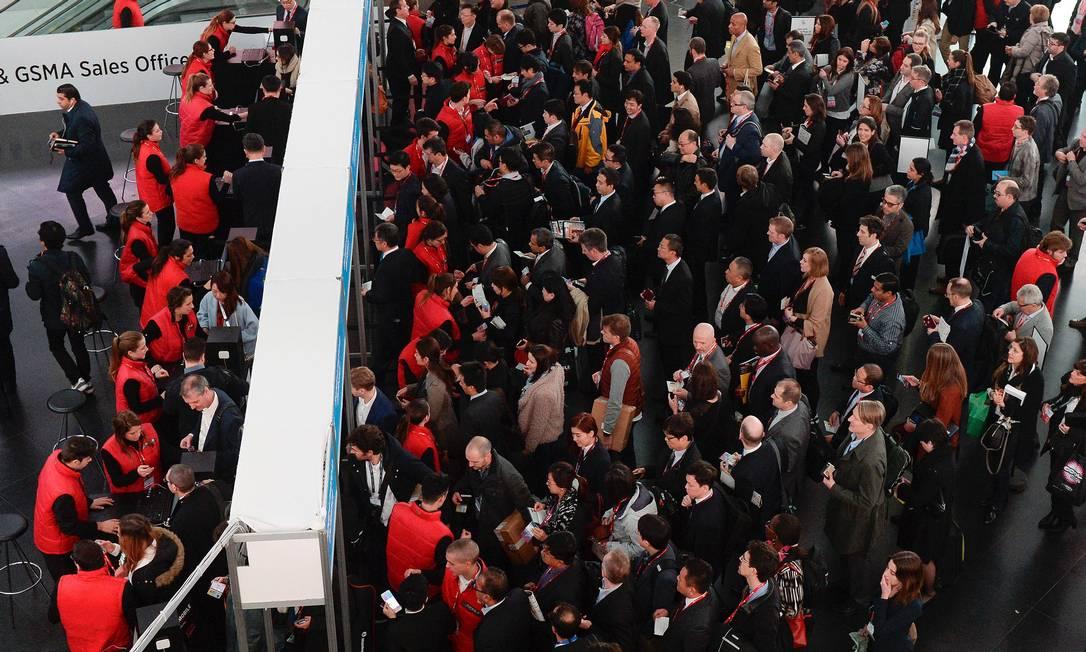 Ansiosos pelas maiores novidades em tecnologia móvel, visitantes formam filas na entrada do MWC, em Barcelona JOSEP LAGO / AFP