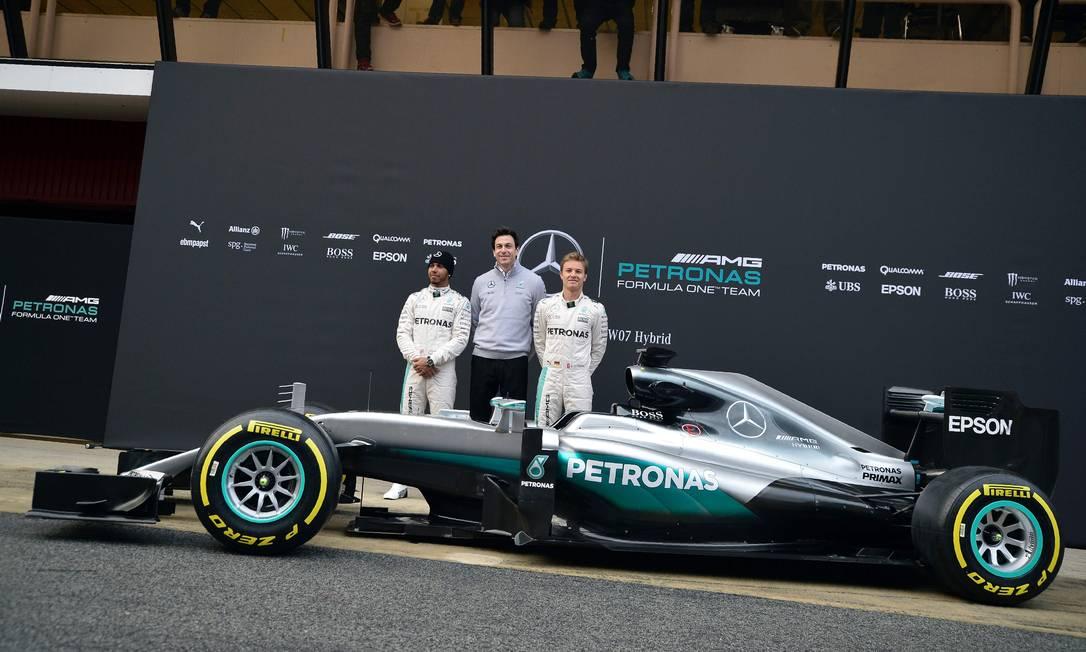 A menos de um mês do início da temporada da Fórmula-1, os novos carros já foram apresentados e foram para a pista. O campeão Lewis Hamilton e o vice Nico Rosberg exibiram o novo modelo da Mercedes JOSE JORDAN / AFP