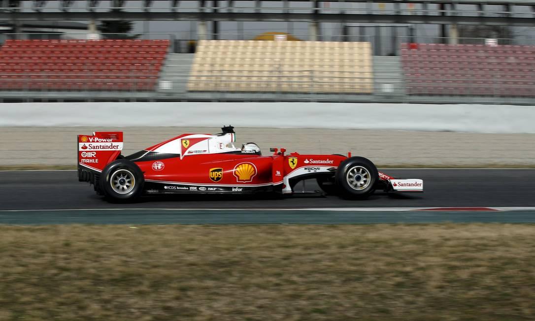 O novo SF16-H da Ferrari foi outro carro a ir para a pista na Catalunha SERGIO PEREZ / REUTERS