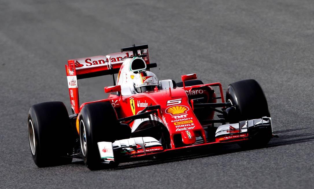 O carro que nos testes foi comandado pelo alemão Sebastian Vettel ganhou mais detalhes em branco em meio à tradicional pintura vermelha JOSE JORDAN / AFP