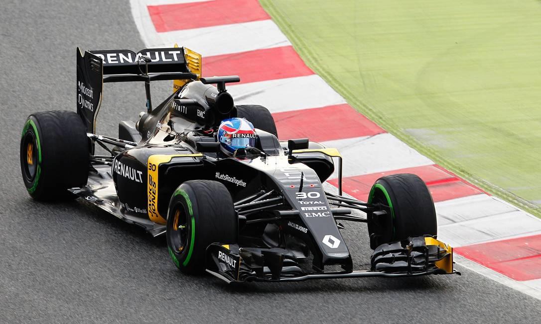 A Renault apresentou um dos carros mais bonitos desta temporada. Ela foi para a pista com o piloto novato Jolyon Palmer JOSE JORDAN / AFP