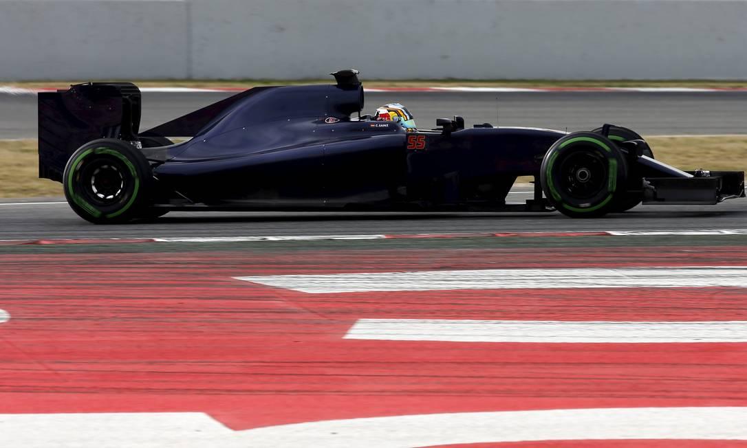 Já a nova Toro Rosso foi para a pista com o espanhol Carlos Sainz Jr. SERGIO PEREZ / REUTERS
