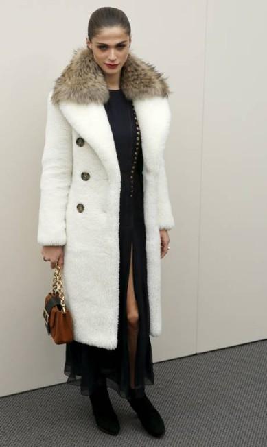 Com trabalhos para as grifes Chanel, Giorgio Armani e Roberto Cavalli no currículo, a top italiana Elisa Sednaoui brilhou na Burberry, entre os convidados LUKE MACGREGOR / REUTERS