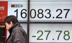 Painel eletrônico mostra o desempenho do Nikkei Foto: Eugene Hoshiko / AP