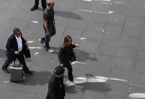 João Santana e a esposa desembarcam no Aeroporto de Guarulhos e são acompanhados por agentes da Polícia Federal Foto: Edílson Dantas / Agência O Globo