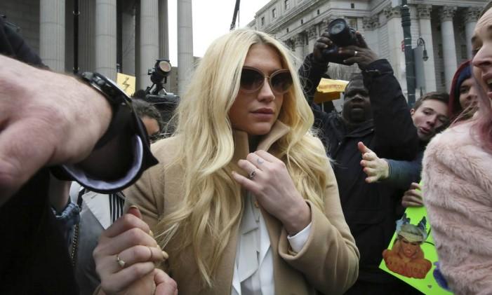 Kesha deixa a Suprema Corte de Nova York Foto: Mary Altaffer / AP
