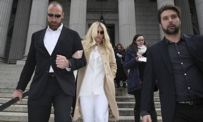 Kesha deixa o tribunal Foto: Mary Altaffer / AP