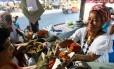 Baiana vende acarajé nas ruas de Salvador